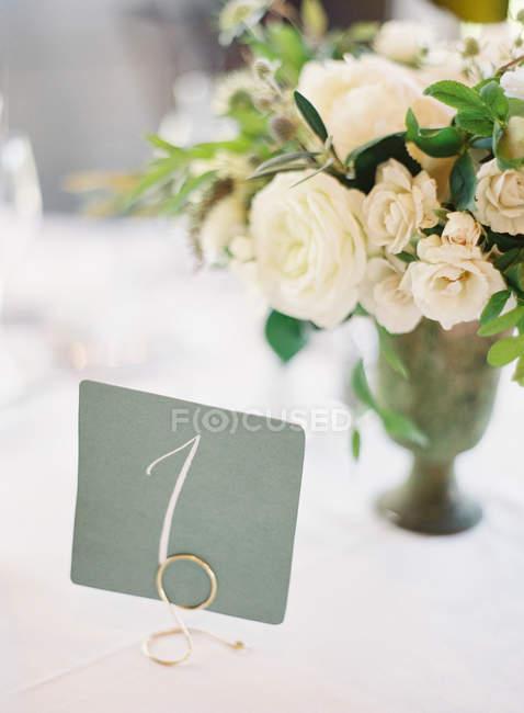 Букет в вазе на столе свадьба — стоковое фото