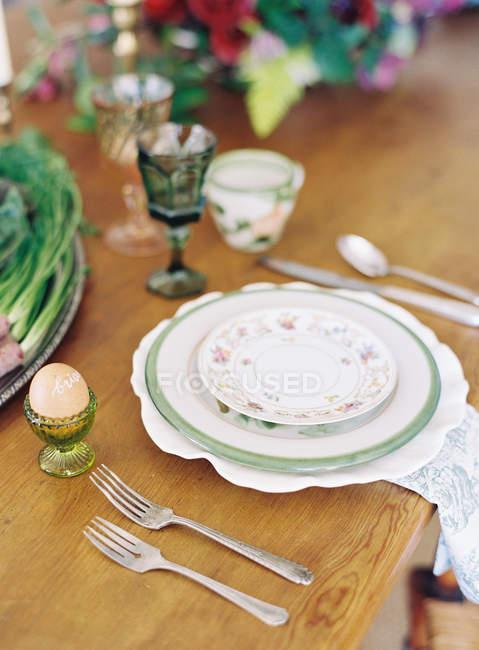 Обеденный стол с фарфоровые тарелки — стоковое фото