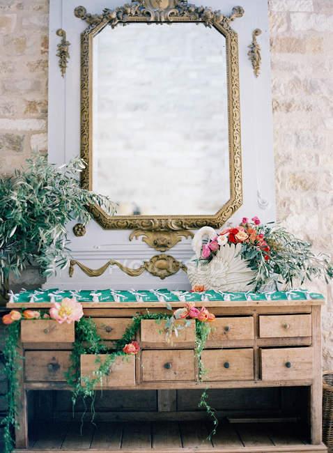 Cómoda vintage decorada con flores - foto de stock