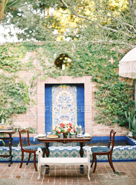 Mesa de cena decorada con flores - foto de stock