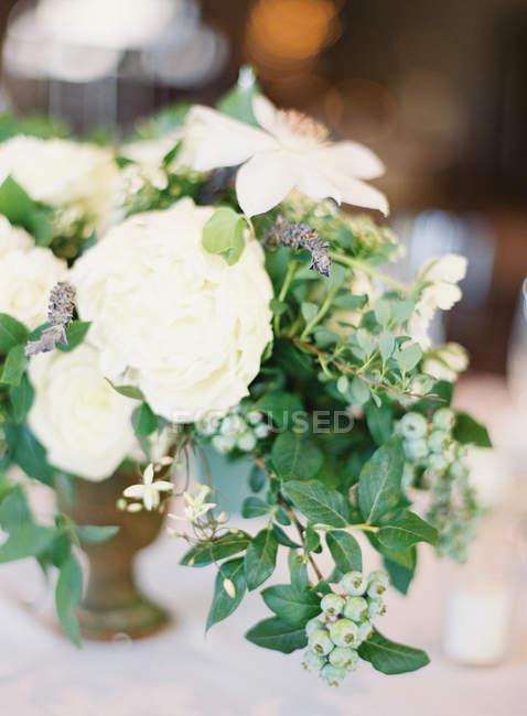 Lindo arranjo floral — Fotografia de Stock