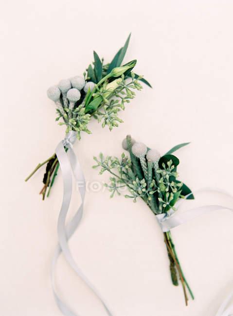 Бутоньерки из свежих цветов — стоковое фото