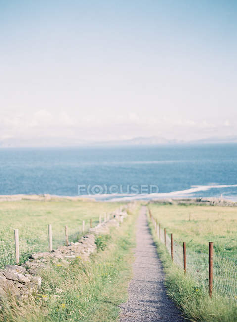 Pathway leading to sea — Stock Photo