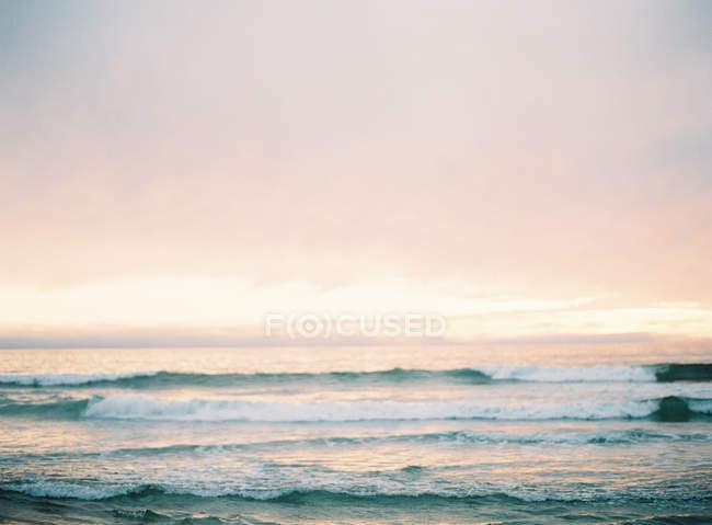 Spiaggia con il tramonto su priorità bassa — Foto stock