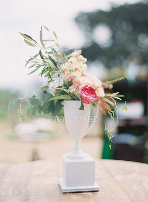 Composizione floreale in vaso bianco — Foto stock