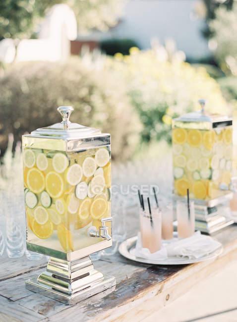 Limonata fresca in vasetti di fantasia — Foto stock