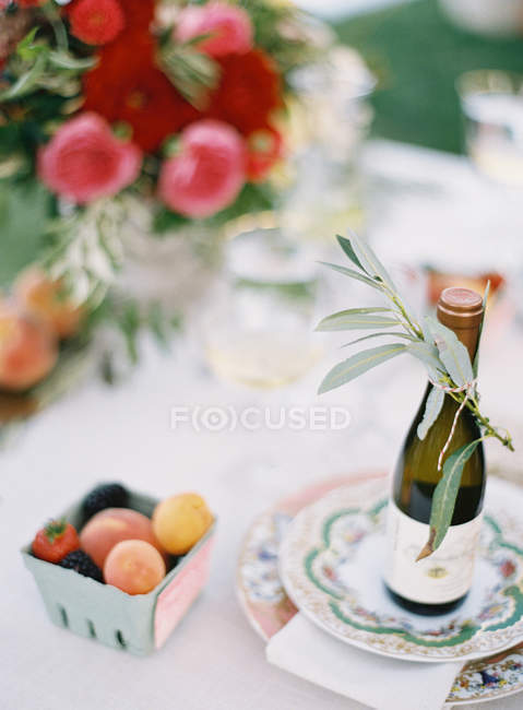 Fresh peaches and berries — Stock Photo