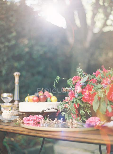 Apparecchiare la tavola festiva con torta — Foto stock