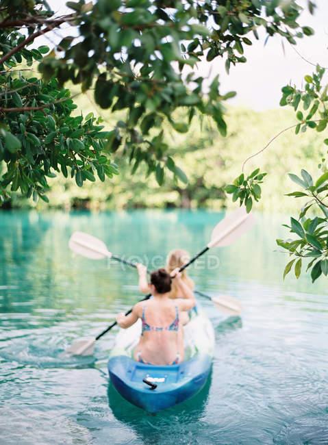 Women skuling kayak — Fotografia de Stock