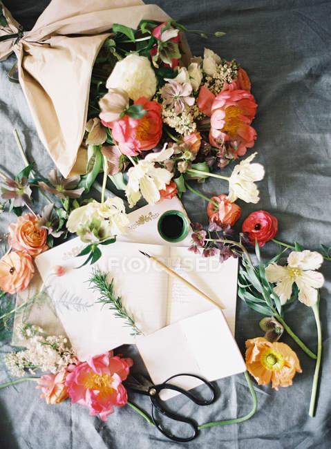 Цветы для изготовления для новобрачных Цветочная композиция — стоковое фото