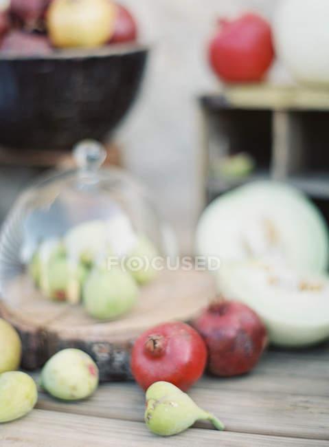 Fruits et légumes sur table en bois — Photo de stock