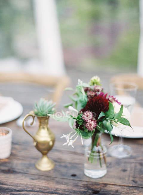 Frische Schnittblumen im Glas — Stockfoto