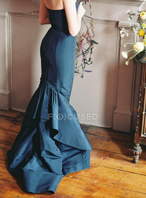 Belle femme en robe de soirée — Photo de stock