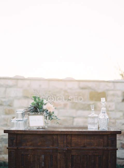 Ramo de flores con decantadores y vasos - foto de stock
