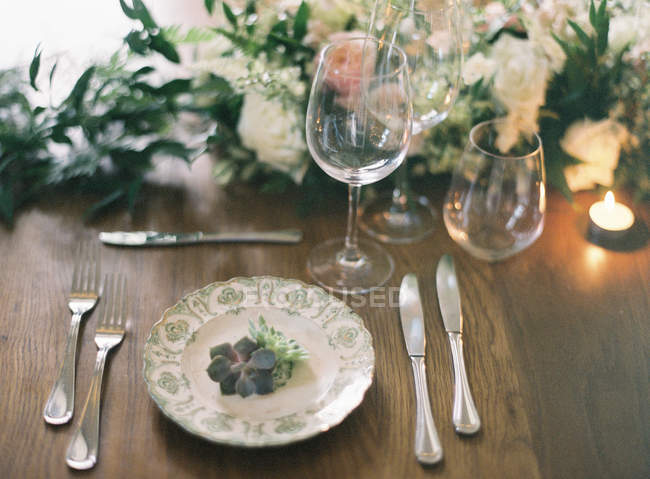 Setting table with floral decor — Stock Photo