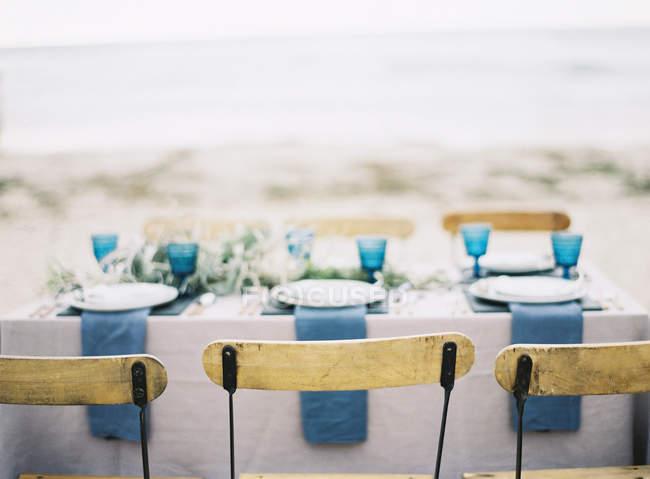 Tisch für Abendessen am Strand gedeckt — Stockfoto