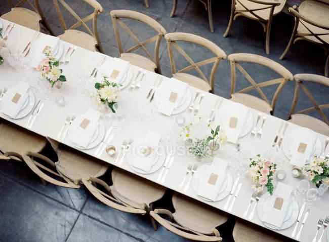 Настройка таблицы украшенный цветами — стоковое фото
