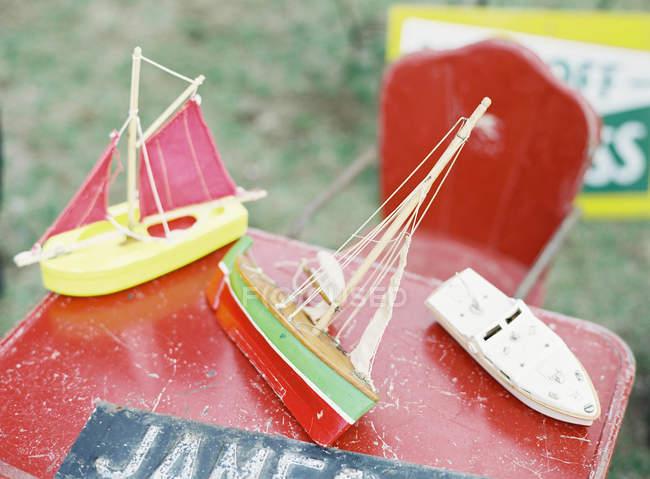 Плаваючий човен іграшки — стокове фото