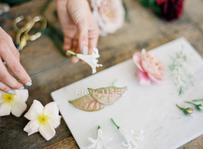 Mulher fazendo cartão de casamento com flores — Fotografia de Stock