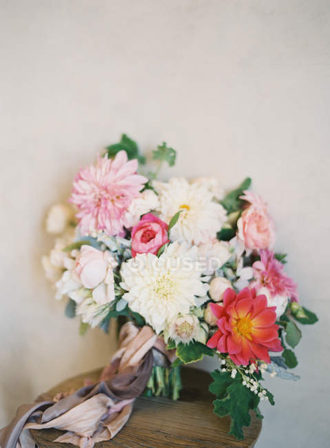Wedding bouquet with chrysanthemums — Stock Photo