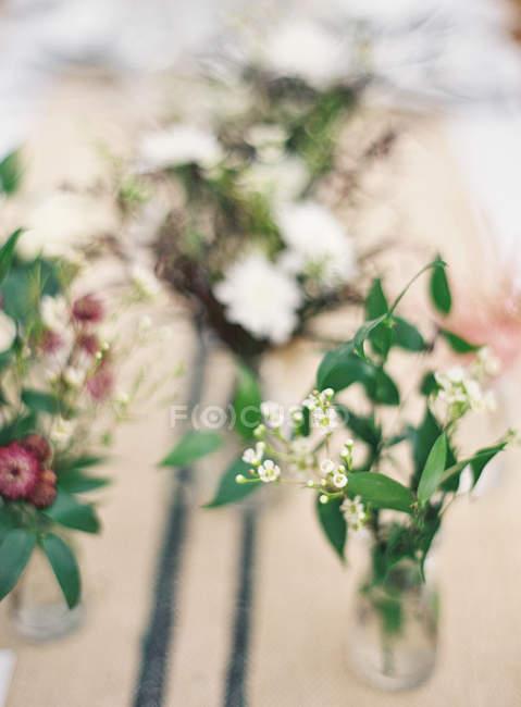 Mazzi di fiori in vasi — Foto stock