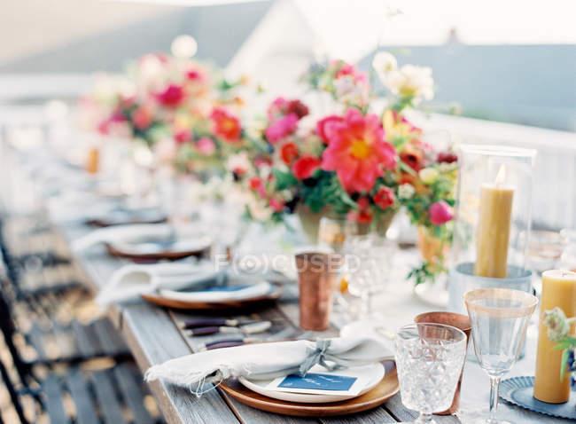 Blumenschmuck auf gedecktem Tisch — Stockfoto