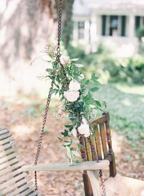 Balançoire en bois vintage décorée de fleurs — Photo de stock