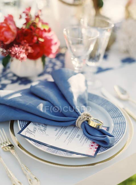 Оформлені серветку на таблиці — стокове фото