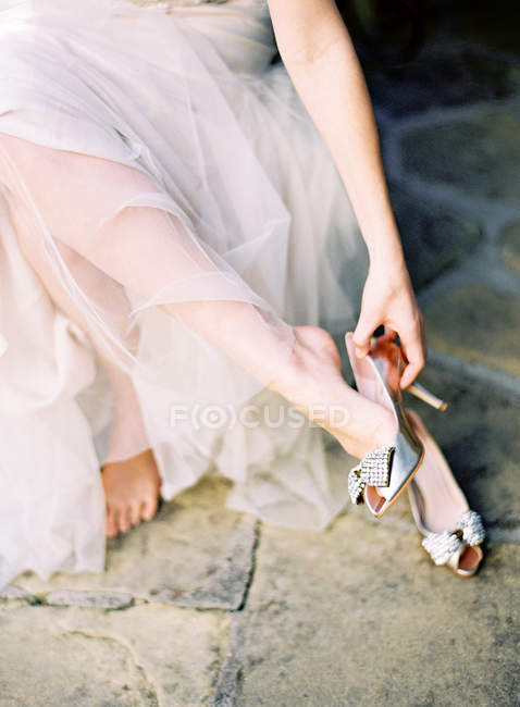 Bride wearing wedding shoes — Stock Photo