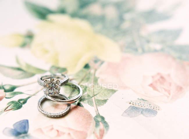Anillos de boda con gemas - foto de stock