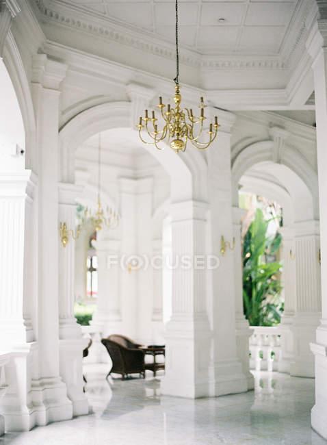 Interior con araña de oro - foto de stock
