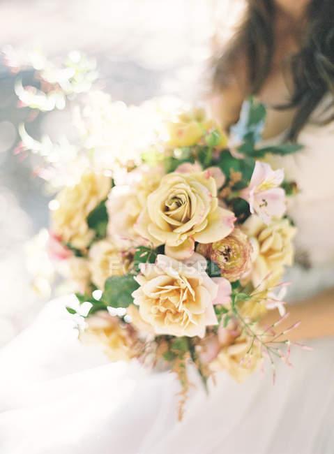 Невеста, держащая букет — стоковое фото
