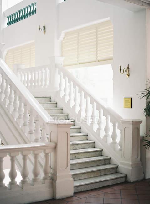 Treppe mit Marmorgriffen — Stockfoto