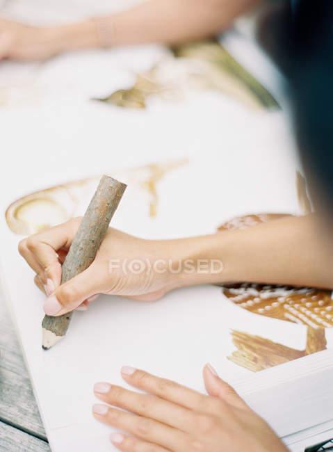 Feminino mão desenhando com lápis — Fotografia de Stock