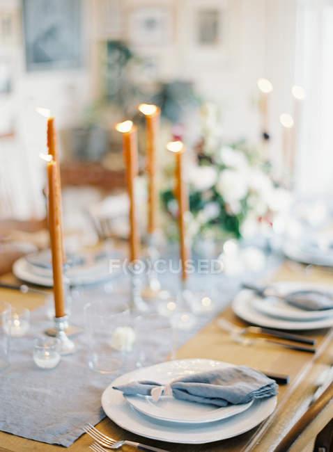 Дерев'яні настройку столик декорувати свічки — стокове фото