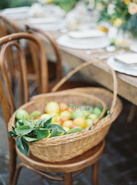 Cestino con agrumi freschi — Foto stock