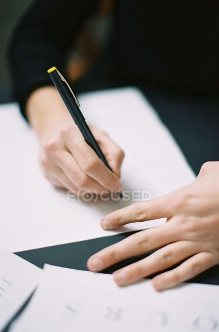 Жінка написання весільні запрошення — стокове фото