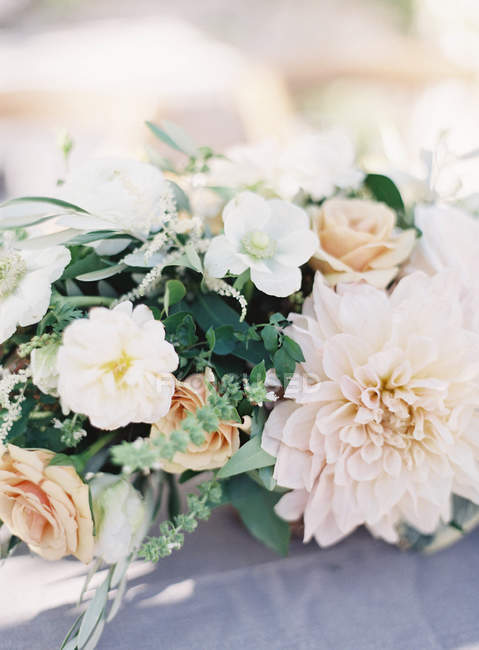Floral arrangement with deisies — Stock Photo
