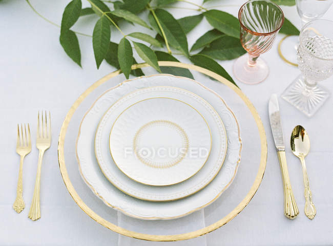 Настройка таблицы оформлены с листьями — стоковое фото