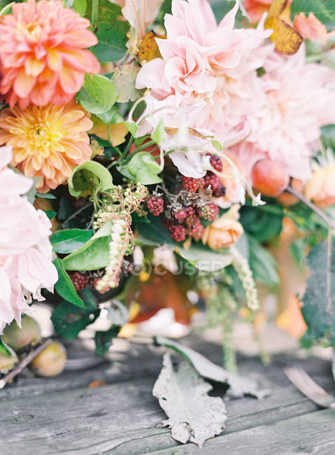 Цветочная композиция с ромашками — стоковое фото