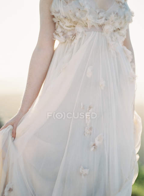 Woman in wedding dress outdoors — Stock Photo
