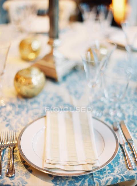 Mesa con vasos y platos - foto de stock