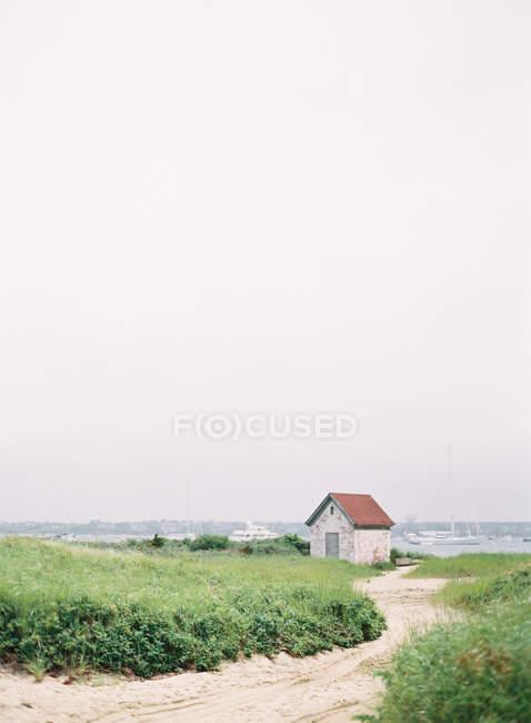 Літній будинок на березі острова — стокове фото