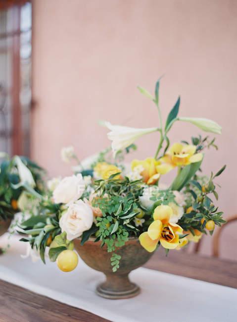 Bouquet de verano hermoso en maceta - foto de stock