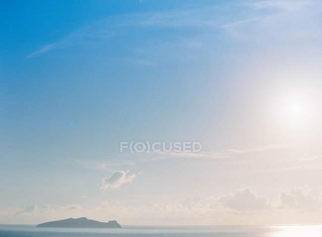 Oceano com ilha tropical em fundo — Fotografia de Stock