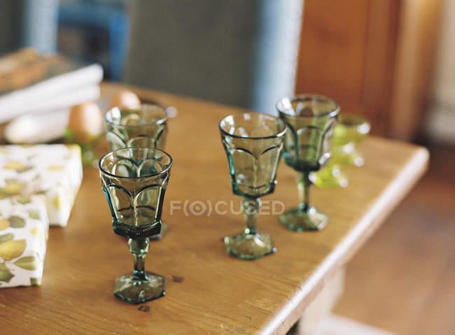 Gafas vintage de mesa de madera - foto de stock