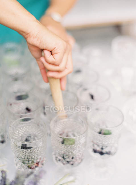 Woman making lemonade — Stock Photo