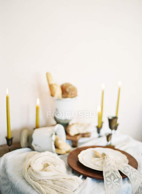 Decorate la tavola apparecchiata con le candele — Foto stock