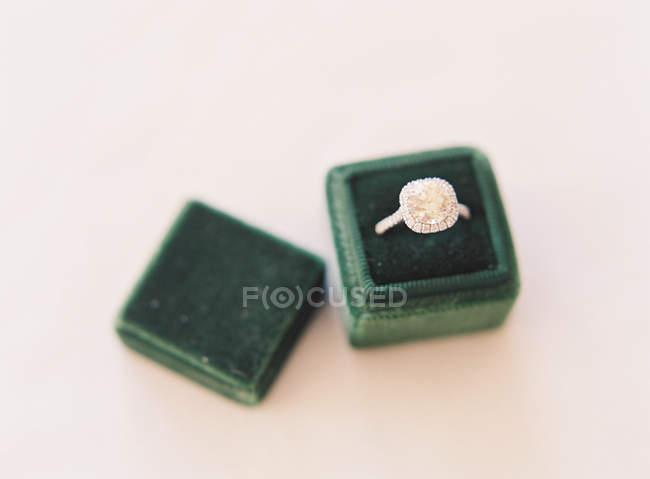 Anillo de boda en caja de terciopelo de seda - foto de stock