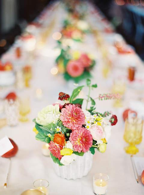 Налаштування стіл з барвистими посуду — стокове фото